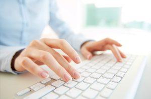 Mani che digitano su tastiera